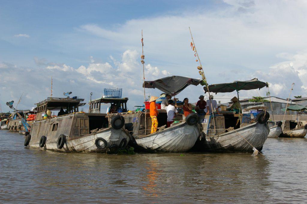 カイラン水上マーケットはたくさんの船が集まる大きなマーケットで、果物野菜などが売買されている。