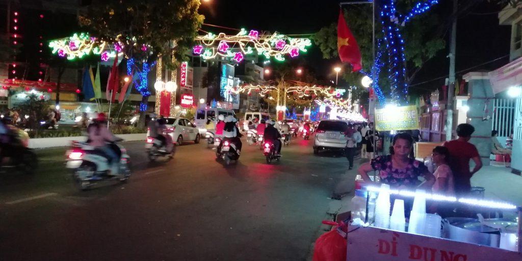 ホアピン通りは夜になっても車やバイクが走り回っている。