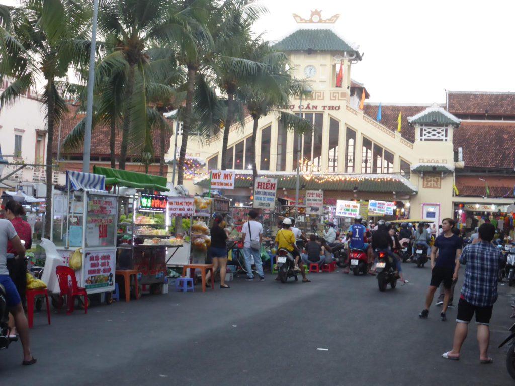 カントー市場の前は夕方よりナイトマーケットになる。屋台が出て賑やかに。