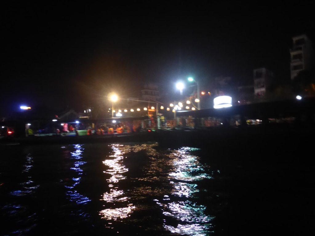 真っ暗の中を出港すると、タンアン市場の灯りが見えて来た。