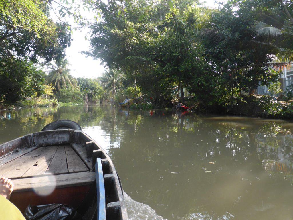 カントー川支流に入ると、そこは自然がいっぱいであった。