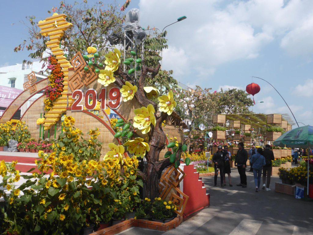 急所月の飾り付けがカラフルなグエン・タイ・ホック通り