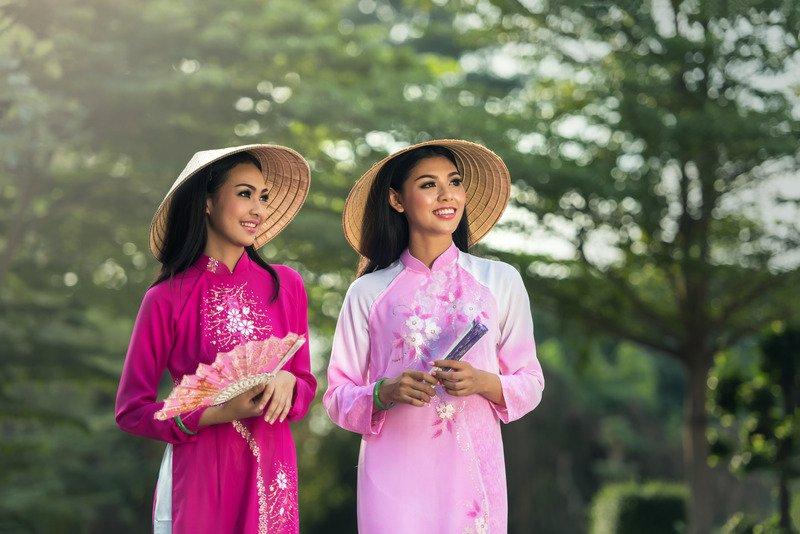 ベトナム-アオザイ女性