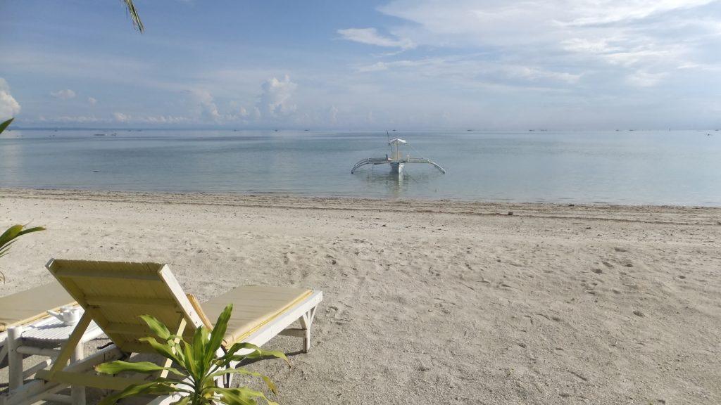 バンタヤン島のホワイトビーチ