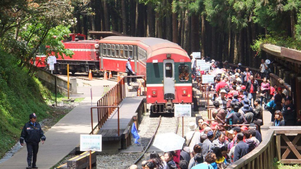 神木駅に入る列車。阿里山へ戻る乗客が待っている。