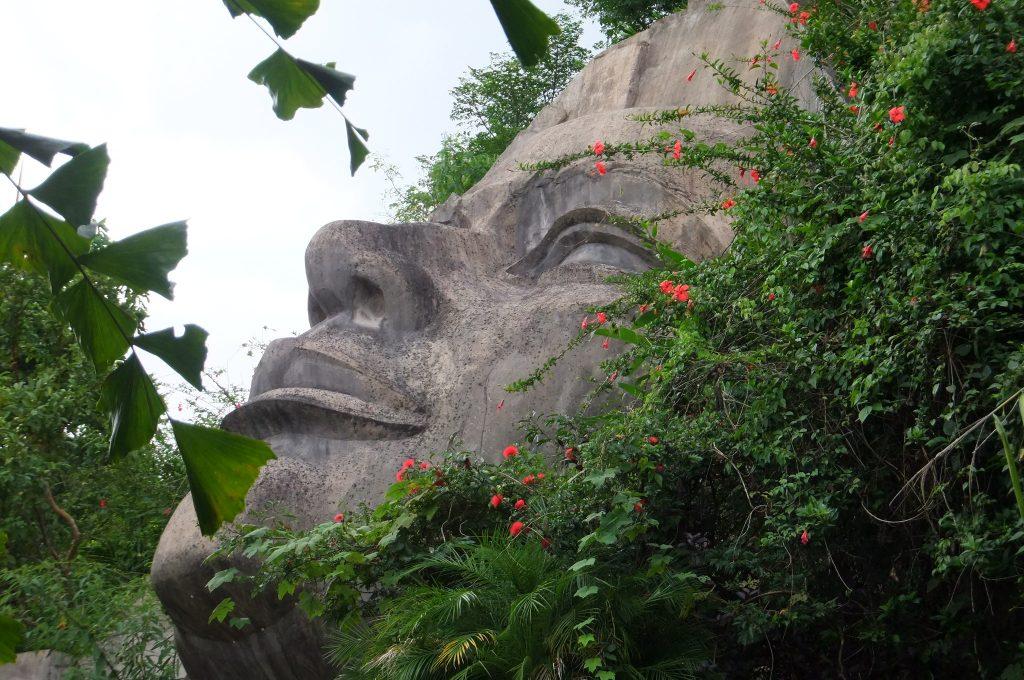 巨大な女神の顔を表した石像