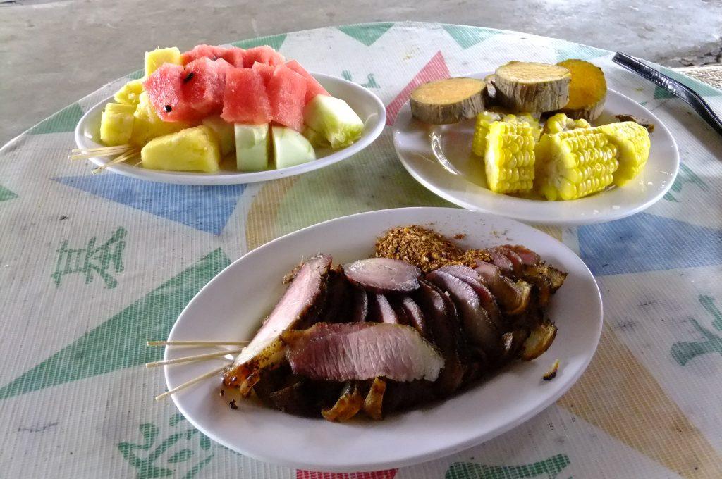 豚肉燻製、イモ、とうもろこし、果物などが供されれる