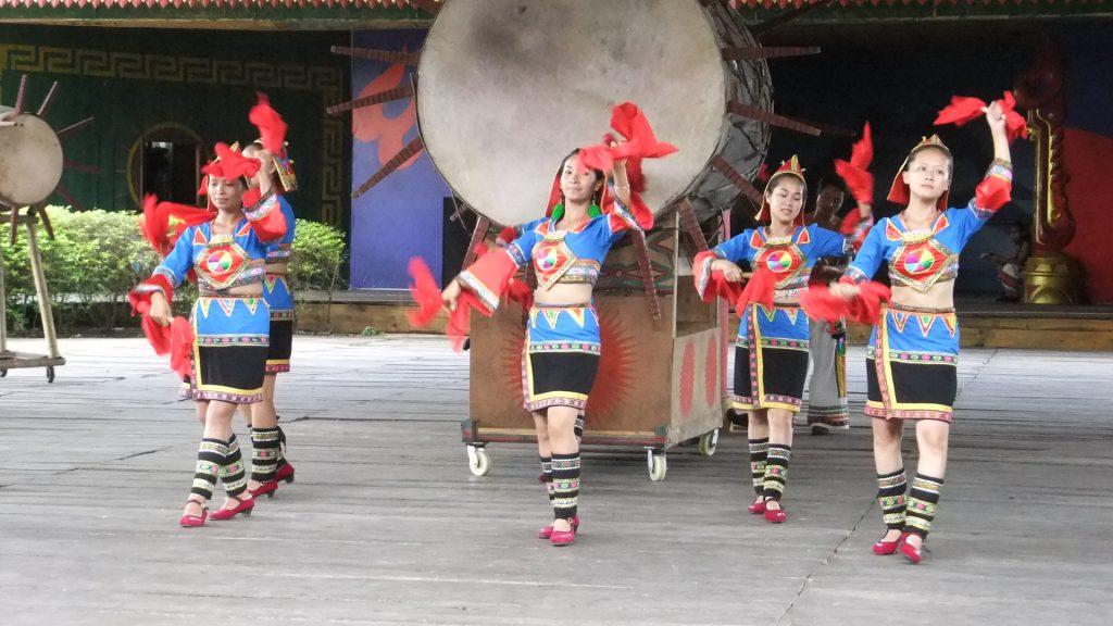 ジノー族の民族舞踊ショー