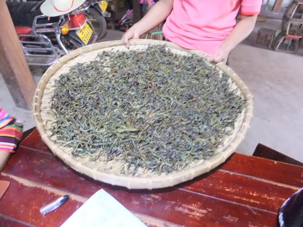 生の茶葉を乾燥させ固めたプーアル茶