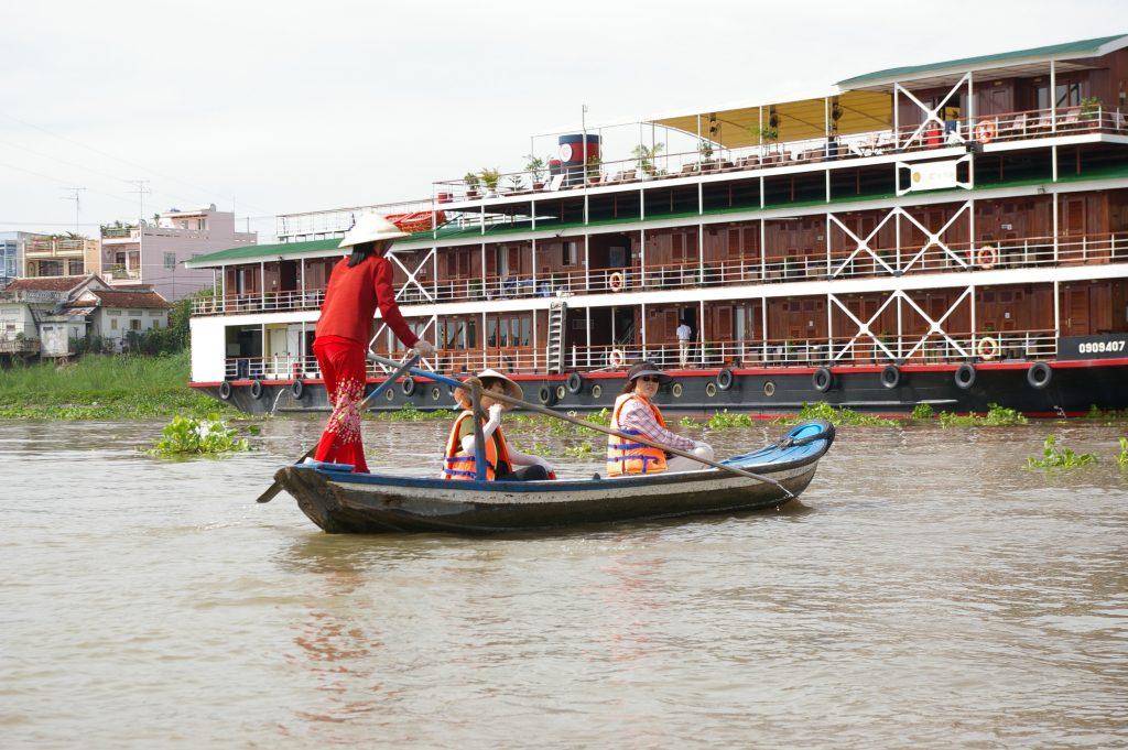 ハンジャン川の対岸へ渡る手漕ぎボート