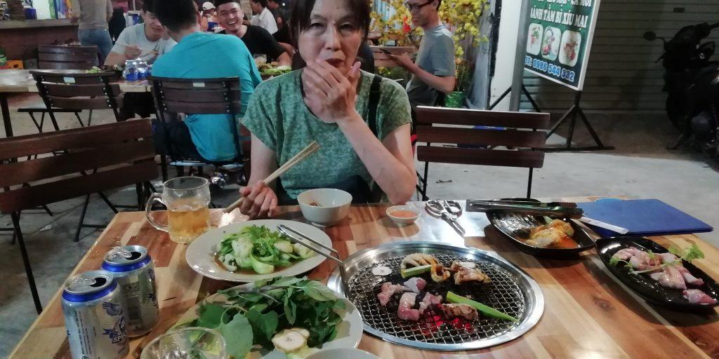 チュン・ヌー・ヴォン通りにある焼肉レストラン
