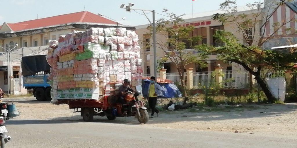 雑貨、食品などをカンボジアに持込む商人に持込