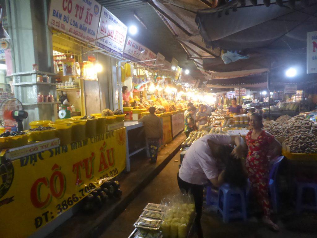 魚の発酵食品マム・カーの店が並ぶチャウドック市場