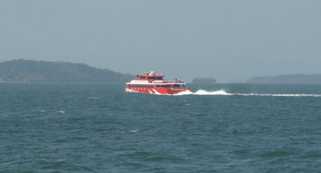 赤い船体のフーコック・エクスプレスボート