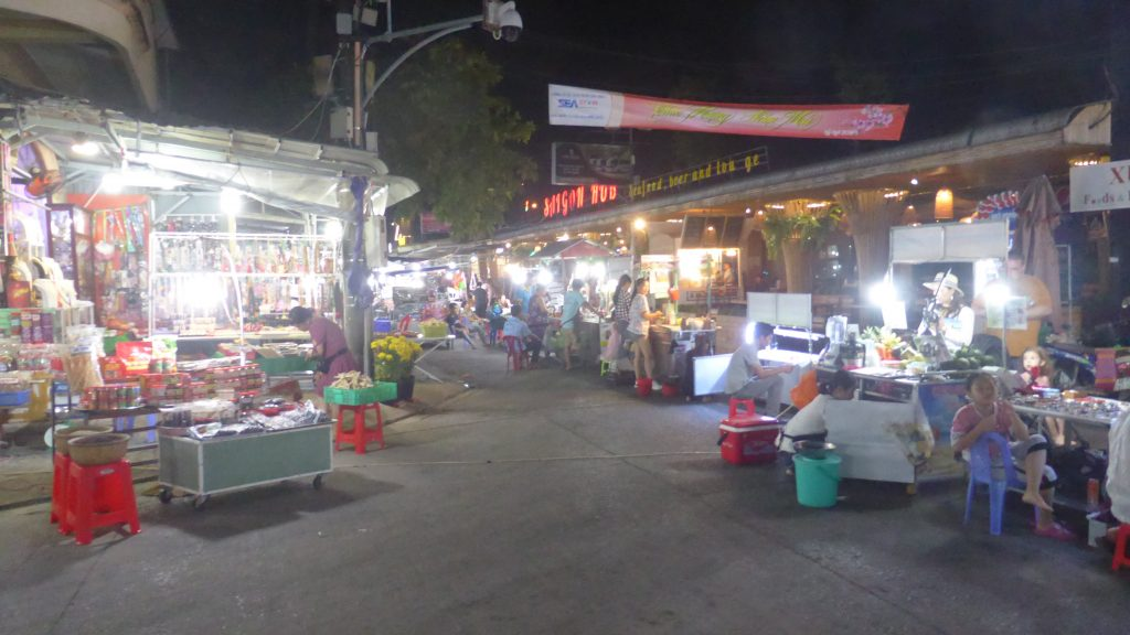 多くの店が並んで賑やかなナイトマーケット