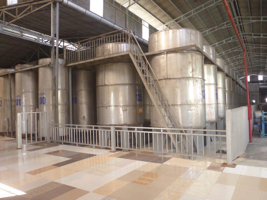 数々の醸成タンクが並ぶSIMSONのワイン工場