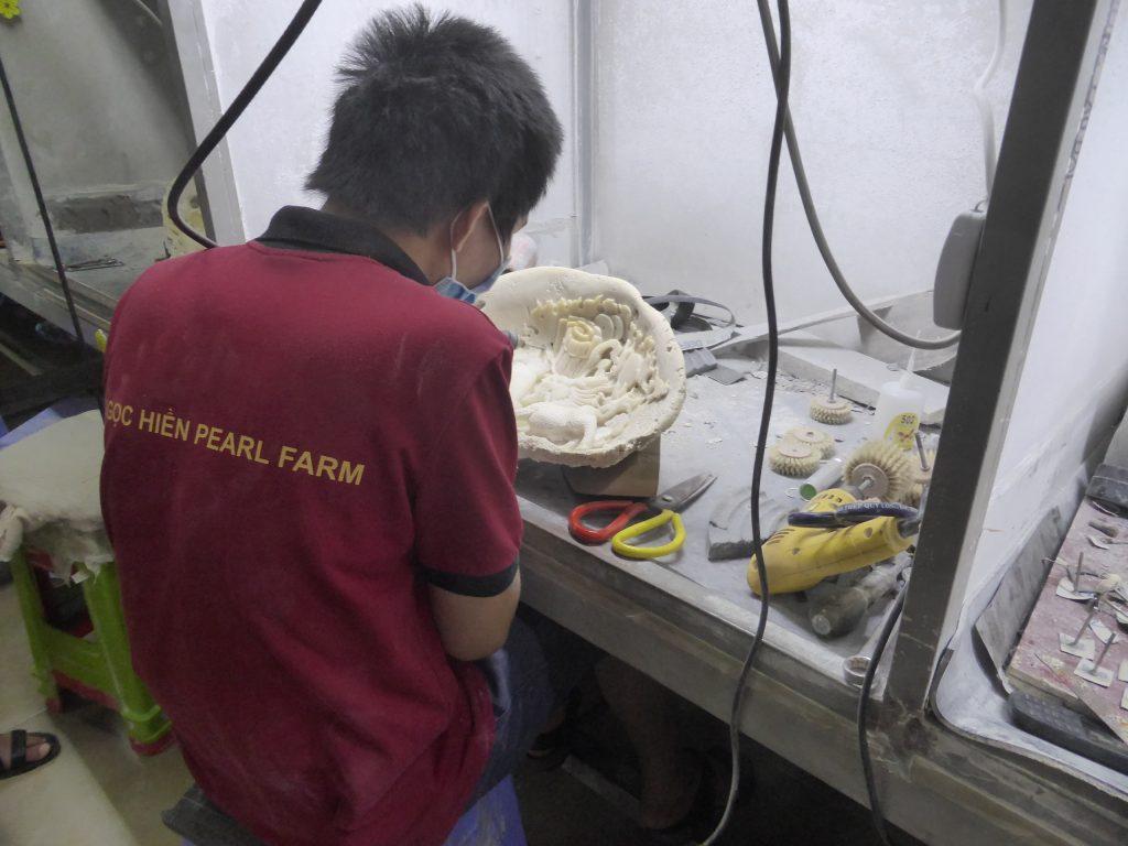貝殻を材料に貝細工を行う