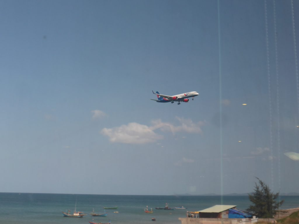 フーコック国際空港に着陸する飛行機