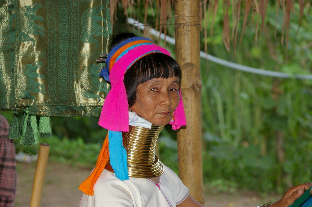 ネックリングを22本もの数装着している年長の女性