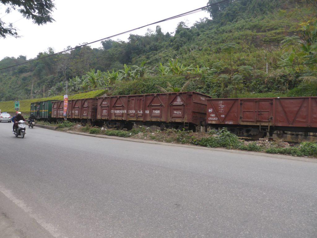 中国からベトナムへ入ってくる貨物列車