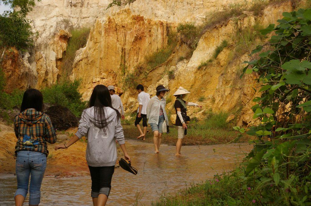裸足で砂の上を歩く渓流ウォーキングは気持ちがいい