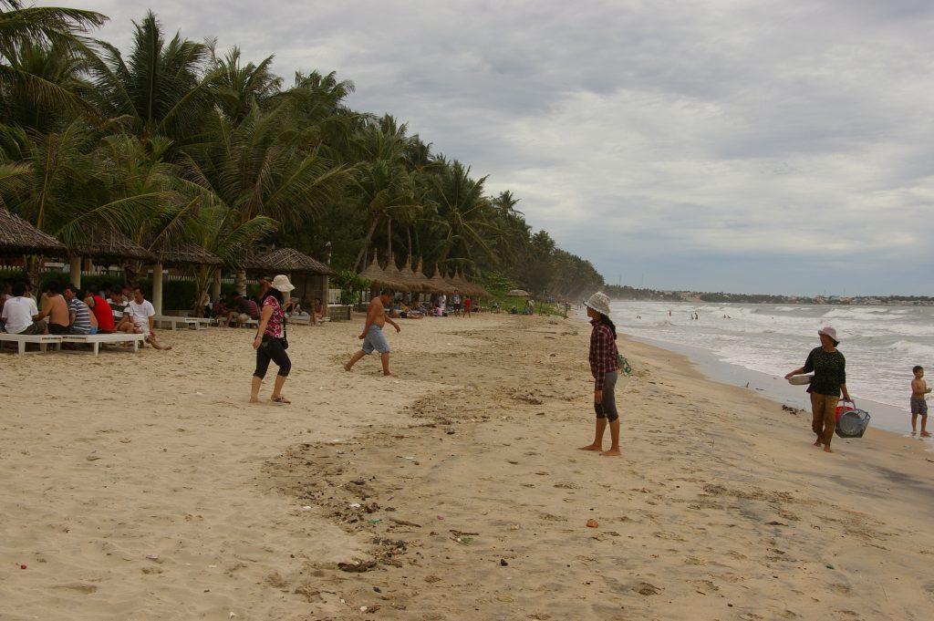 ビーチ沿いで、エビ、カニ等を売り歩く漁村の人