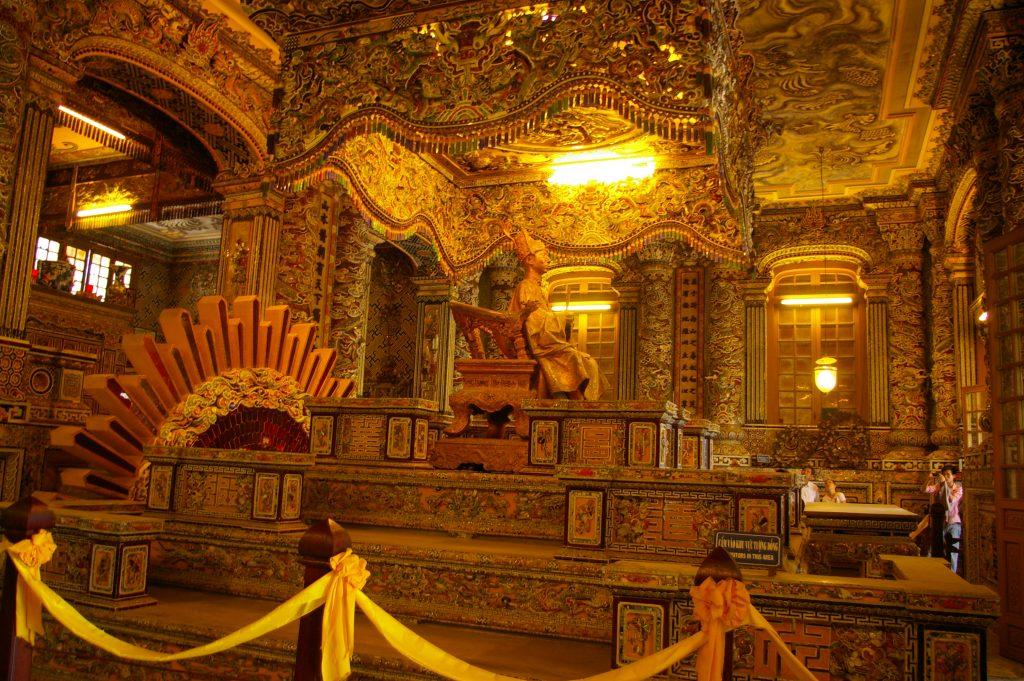 金箔で覆われたカイディン帝廟内部